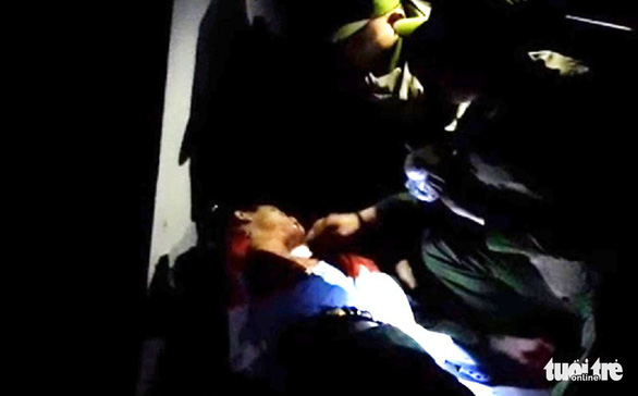 Giảng hòa cho hai vợ chồng, một cảnh sát bị đâm trọng thương - Ảnh 1.