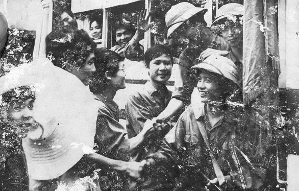Hàng ngàn sinh viên đào đắp chiến hào bảo vệ thủ đô - Ảnh 1.