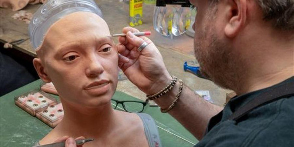 Robot đầu tiên thế giới có thể nhìn và vẽ chân dung người - Ảnh 2.