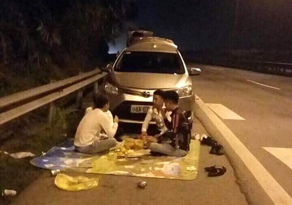 Lại ngang nhiên trải chiếu ngồi ăn trên cao tốc Nội Bài - Lào Cai - Ảnh 1.
