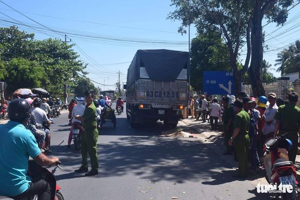 Lượm ve chai, một bà lão 70 tuổi bị xe tải cán chết thảm - Ảnh 1.