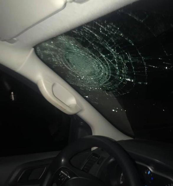 Ôtô bị ném vỡ kính trên đường cao tốc Hà Nội - Hải Phòng - Ảnh 1.
