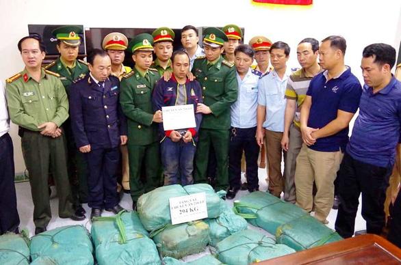 Bắt vụ vận chuyển gần 300kg ma túy đá - Ảnh 1.