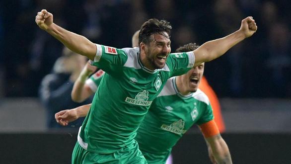 Pizarro với cú sút phạt đi vào lịch sử Bundesliga - Ảnh 2.