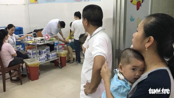 Xếp hàng từ mờ sáng chờ tiêm chủng cho con - Ảnh 6.
