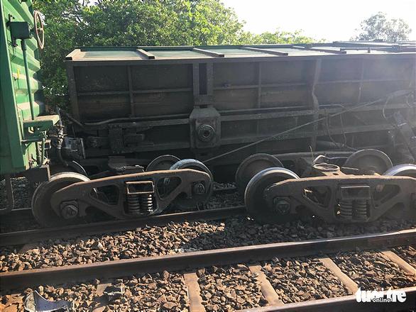 Thông đường sắt Bắc - Nam qua Bình Thuận sau 7 giờ tê liệt - Ảnh 1.