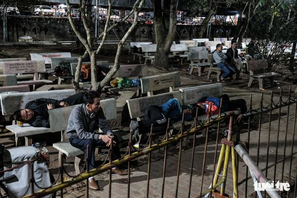 2.000 nhân viên an ninh trắng đêm với hàng nghìn người xin ấn đền Trần - Ảnh 4.