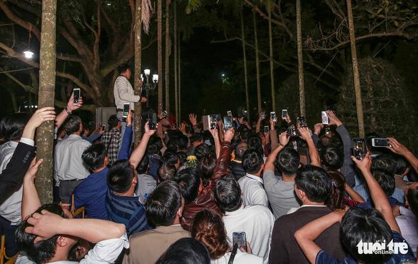 2.000 nhân viên an ninh trắng đêm với hàng nghìn người xin ấn đền Trần - Ảnh 3.
