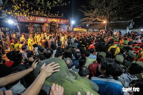 2.000 nhân viên an ninh trắng đêm với hàng nghìn người xin ấn đền Trần - Ảnh 1.