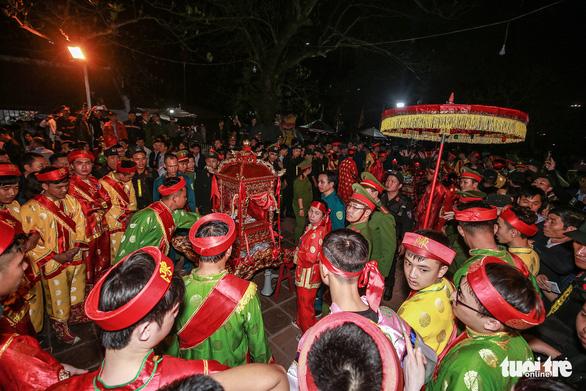 2.000 nhân viên an ninh trắng đêm với hàng nghìn người xin ấn đền Trần - Ảnh 7.