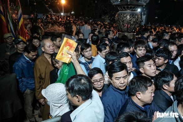 2.000 nhân viên an ninh trắng đêm với hàng nghìn người xin ấn đền Trần - Ảnh 11.