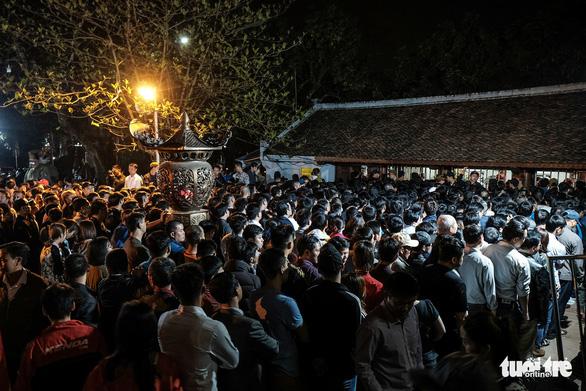 2.000 nhân viên an ninh trắng đêm với hàng nghìn người xin ấn đền Trần - Ảnh 8.