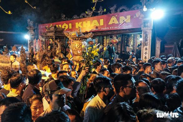 2.000 nhân viên an ninh trắng đêm với hàng nghìn người xin ấn đền Trần - Ảnh 5.