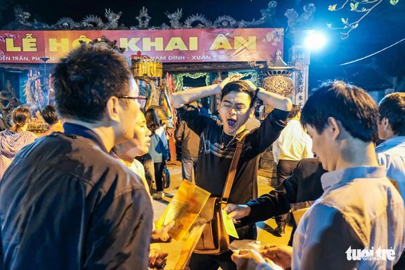 2.000 nhân viên an ninh trắng đêm với hàng nghìn người xin ấn đền Trần - Ảnh 12.