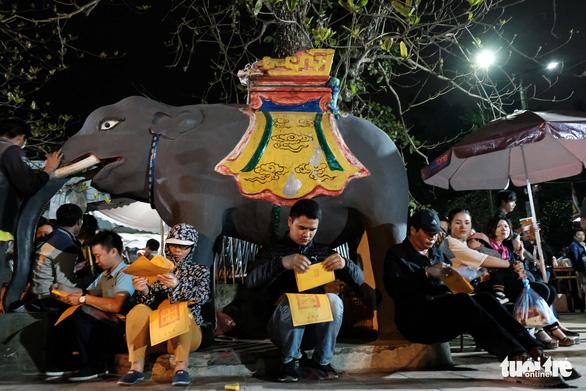 2.000 nhân viên an ninh trắng đêm với hàng nghìn người xin ấn đền Trần - Ảnh 14.