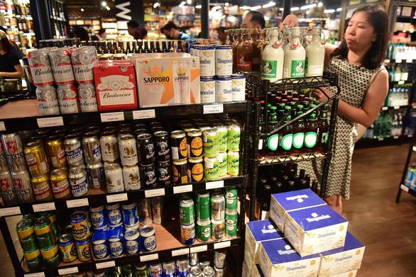 Bia ê hề chờ khách mua, giá trong siêu thị rẻ hơn bán lẻ bên ngoài - Ảnh 2.
