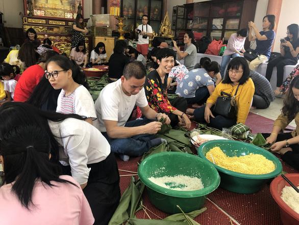 Kiều bào, du học sinh Việt ở Bangkok, Thái Lan gói bánh chưng đón tết - Ảnh 3.