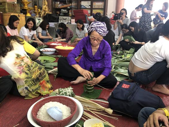 Kiều bào, du học sinh Việt ở Bangkok, Thái Lan gói bánh chưng đón tết - Ảnh 4.