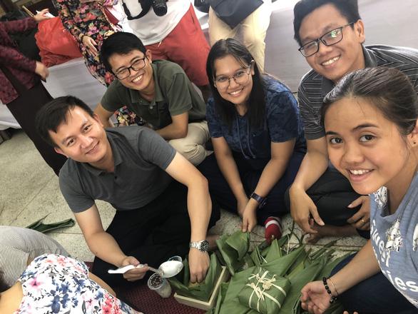 Kiều bào, du học sinh Việt ở Bangkok, Thái Lan gói bánh chưng đón tết - Ảnh 2.