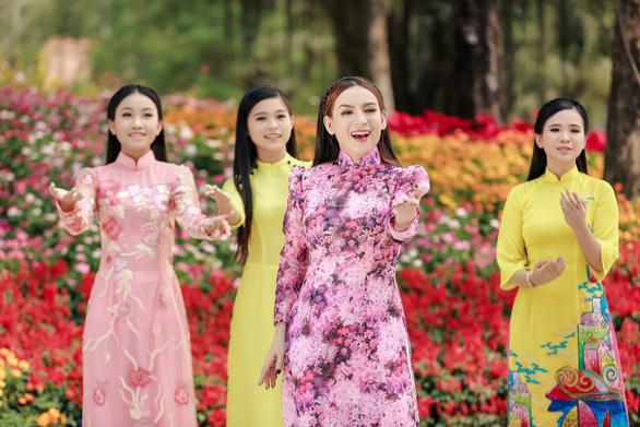 Phi Nhung cùng các con nuôi tung Mùa xuân hạnh phúc - Ảnh 1.