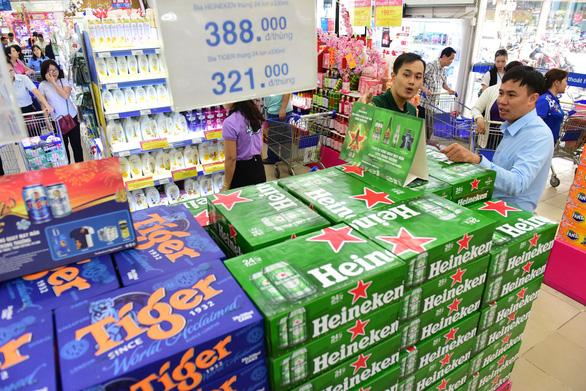 Bia ê hề chờ khách mua, giá trong siêu thị rẻ hơn bán lẻ bên ngoài - Ảnh 1.