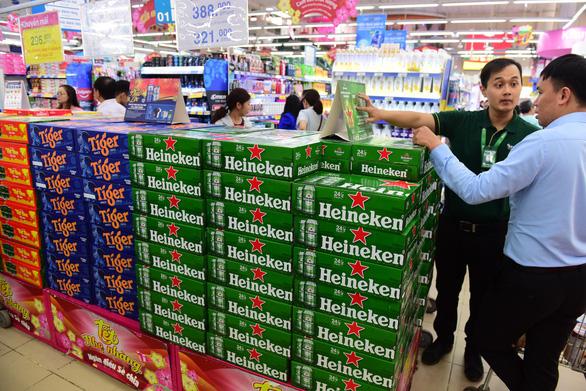 Bia là mặt hàng được ưa chuộng để biếu tết - Ảnh 1.