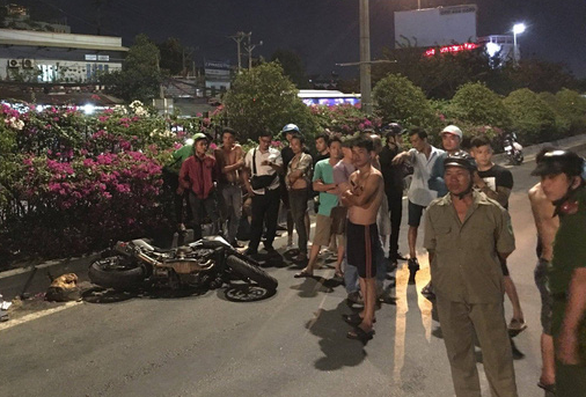Húc đuôi container dừng trên đường, thanh niên chạy môtô chết tại chỗ - Ảnh 1.