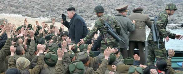 Bảo vệ lãnh đạo Triều Tiên là những cận vệ ưu tú nhất - Ảnh 2.