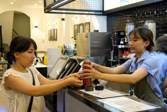 Quán trà sữa bất ngờ khi thấy khách vô mang theo bình, ống hút - Ảnh 1.