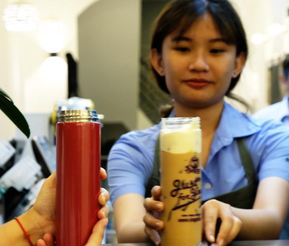 Quán trà sữa bất ngờ khi thấy khách vô mang theo bình, ống hút - Ảnh 2.