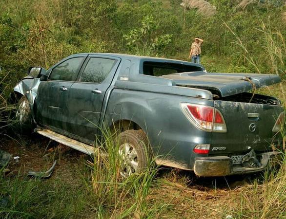 Liên tiếp 2 ôtô mất lái, lật ngang trên cao tốc Nội Bài - Lào Cai - Ảnh 1.