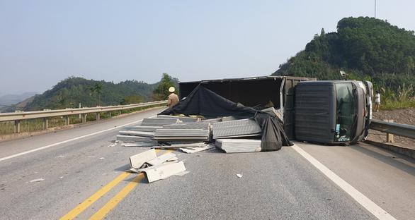 Liên tiếp 2 ôtô mất lái, lật ngang trên cao tốc Nội Bài - Lào Cai - Ảnh 2.