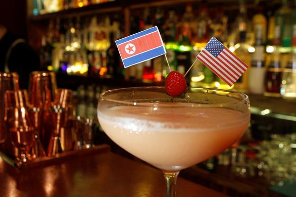 Các quán Hà Nội lâng lâng theo thượng đỉnh Mỹ - Triều - Ảnh 1.