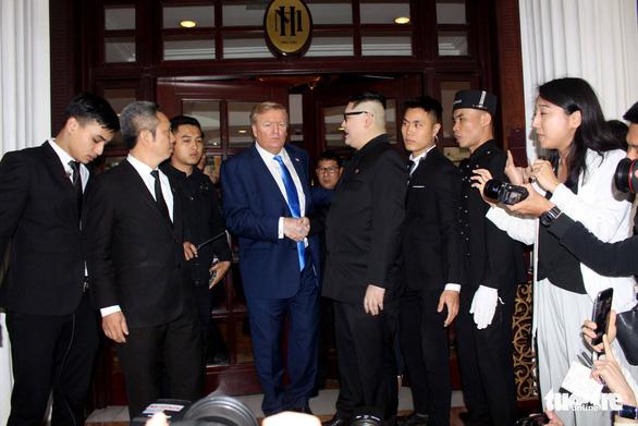 Hai ông Trump và Kim giả đã bắt tay nhau tại Hà Nội - Ảnh 9.