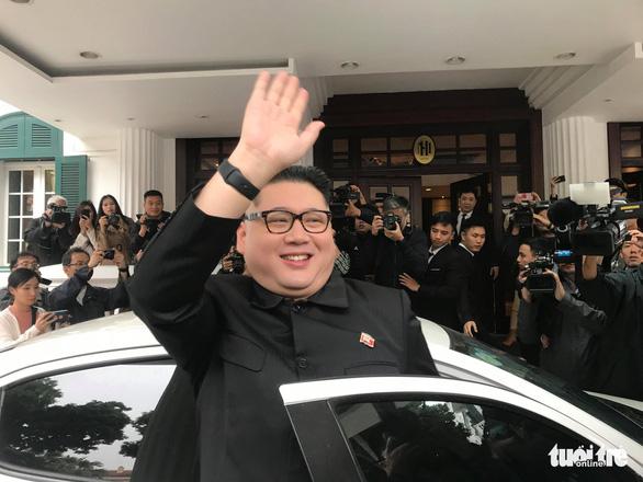 'Bản sao Kim Jong Un' xuất hiện rạng rỡ tại Hà Nội - Ảnh 1.