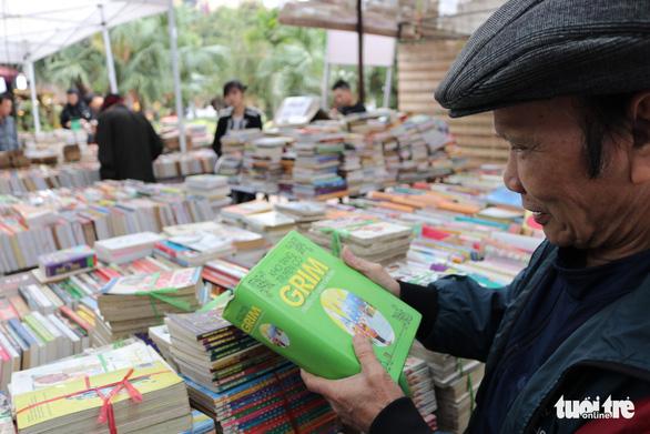 Lễ hội sách cũ Thăng Long gợi nhiều ký ức xưa cũ - Ảnh 1.