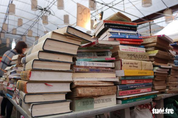 Lễ hội sách cũ Thăng Long gợi nhiều ký ức xưa cũ - Ảnh 2.