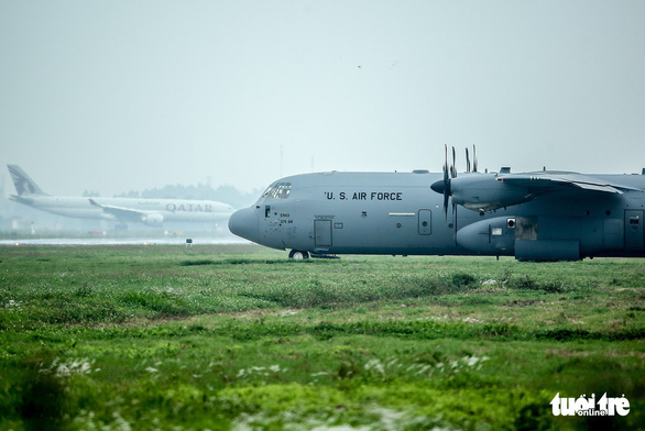 Hercules C-130J của Mỹ xuất hiện 2 giờ ở Nội Bài - Ảnh 4.