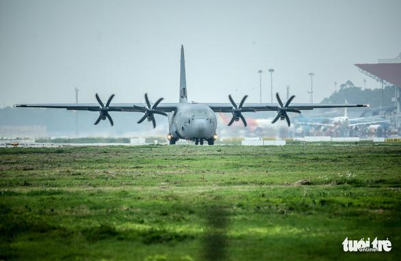 Hercules C-130J của Mỹ xuất hiện 2 giờ ở Nội Bài - Ảnh 1.