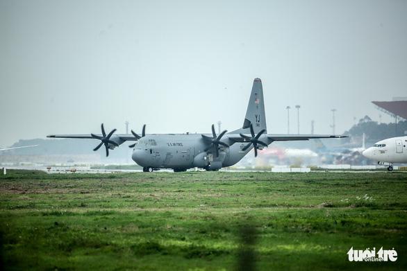Hercules C-130J của Mỹ xuất hiện 2 giờ ở Nội Bài - Ảnh 5.