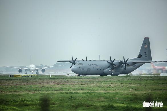 Hercules C-130J của Mỹ xuất hiện 2 giờ ở Nội Bài - Ảnh 3.