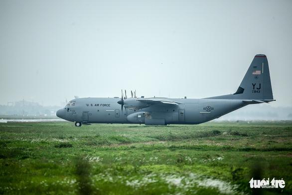 Hercules C-130J của Mỹ xuất hiện 2 giờ ở Nội Bài - Ảnh 2.