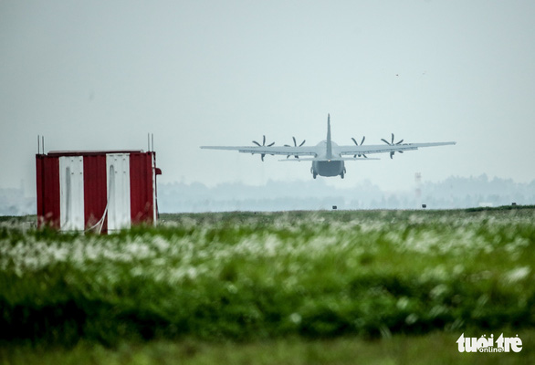 Hercules C-130J của Mỹ xuất hiện 2 giờ ở Nội Bài - Ảnh 8.