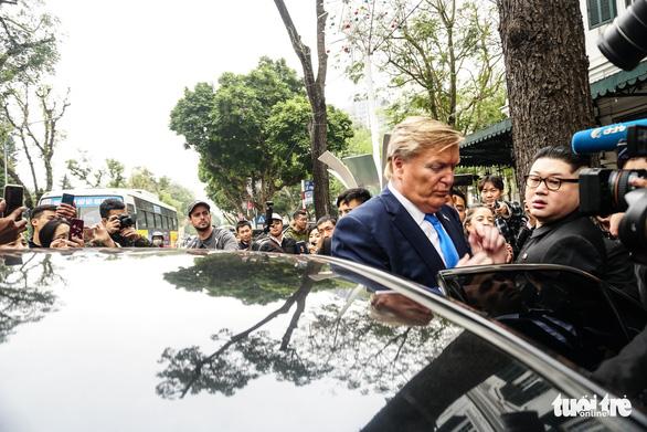 Hai ông Trump và Kim giả đã bắt tay nhau tại Hà Nội - Ảnh 2.
