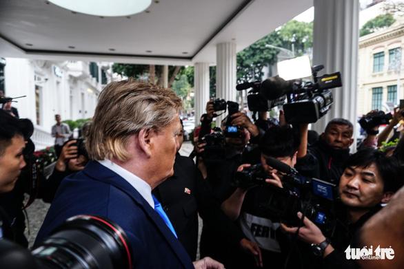 Hai ông Trump và Kim giả đã bắt tay nhau tại Hà Nội - Ảnh 5.