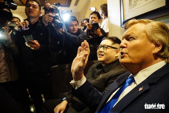 Hai ông Trump và Kim giả đã bắt tay nhau tại Hà Nội - Ảnh 6.