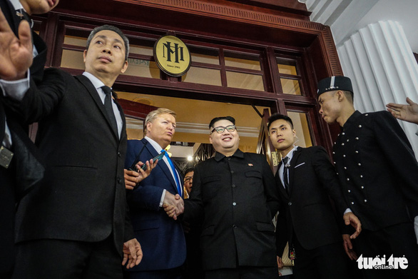 Hai ông Trump và Kim giả đã bắt tay nhau tại Hà Nội - Ảnh 7.