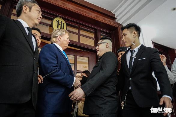 Hai ông Trump và Kim giả đã bắt tay nhau tại Hà Nội - Ảnh 8.