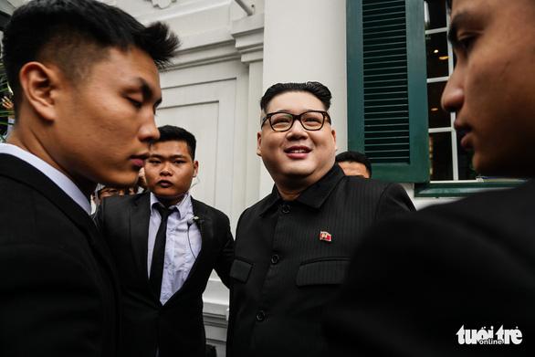 Hai ông Trump và Kim giả đã bắt tay nhau tại Hà Nội - Ảnh 10.