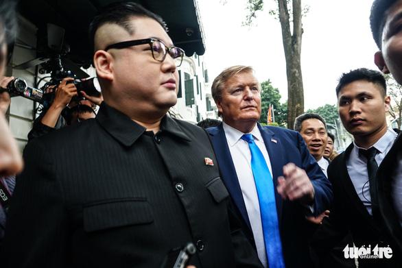 Hai ông Trump và Kim giả đã bắt tay nhau tại Hà Nội - Ảnh 12.